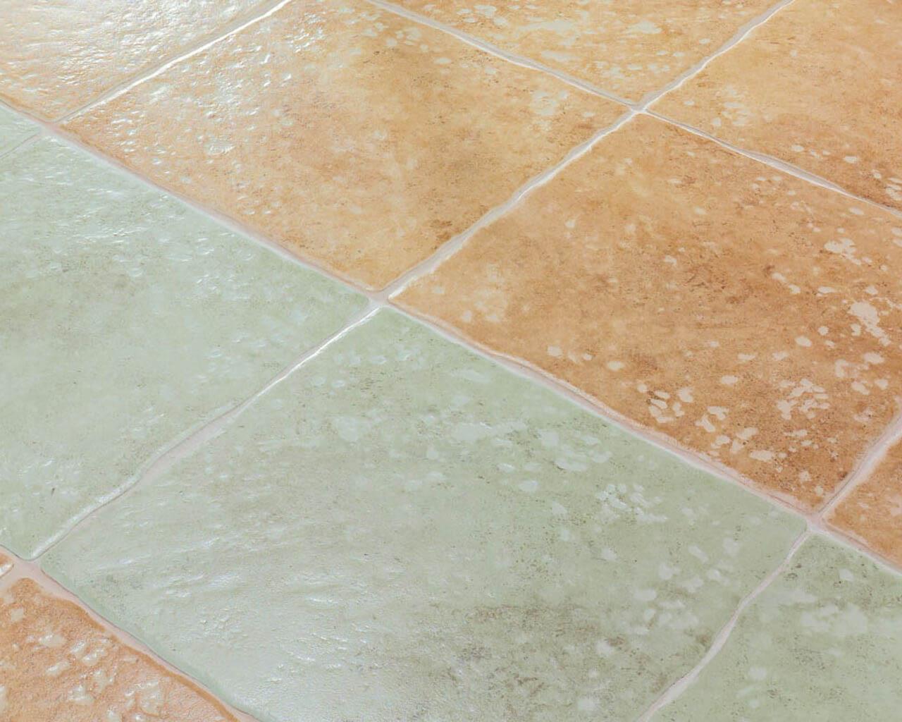 Rustykalna, beżowo-miętowa podłoga salonu w toskańskim stylu