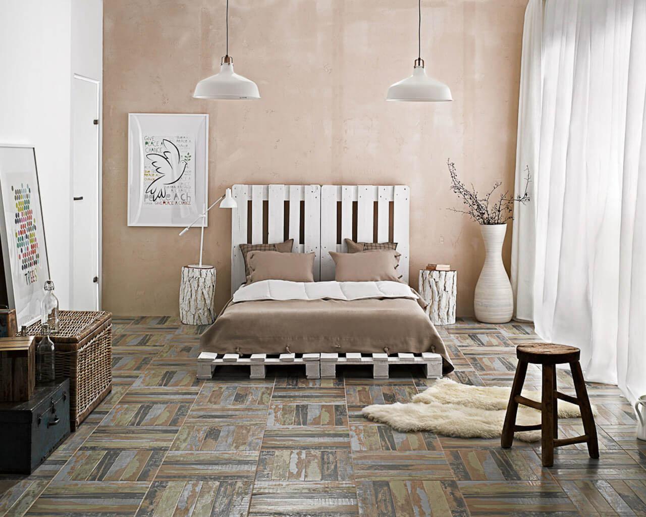 Przytulna sypialnia z podłogą jak parkiet i łóżkiem z palet