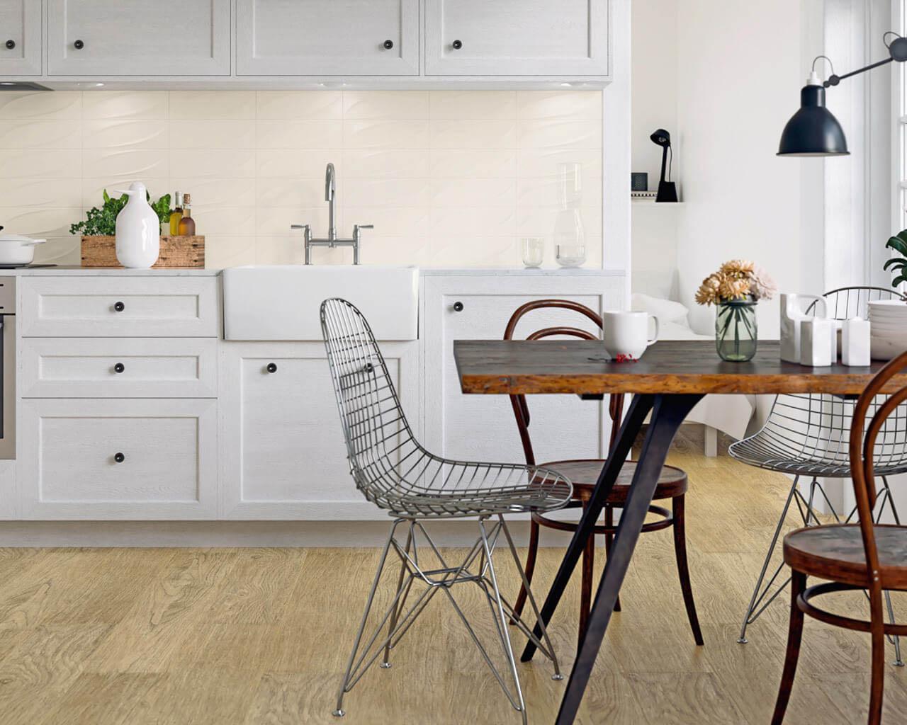 Biała kuchnia w stylu klasycznym, ze strukturalnymi kaflami
