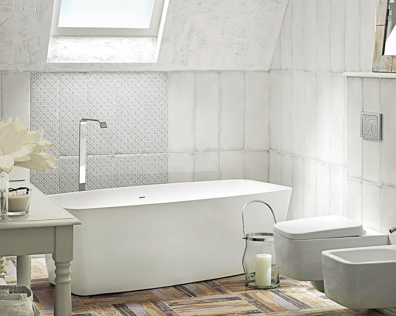 Rustykalna, jasna łazienka na poddaszu, z wolnostojącą wanną