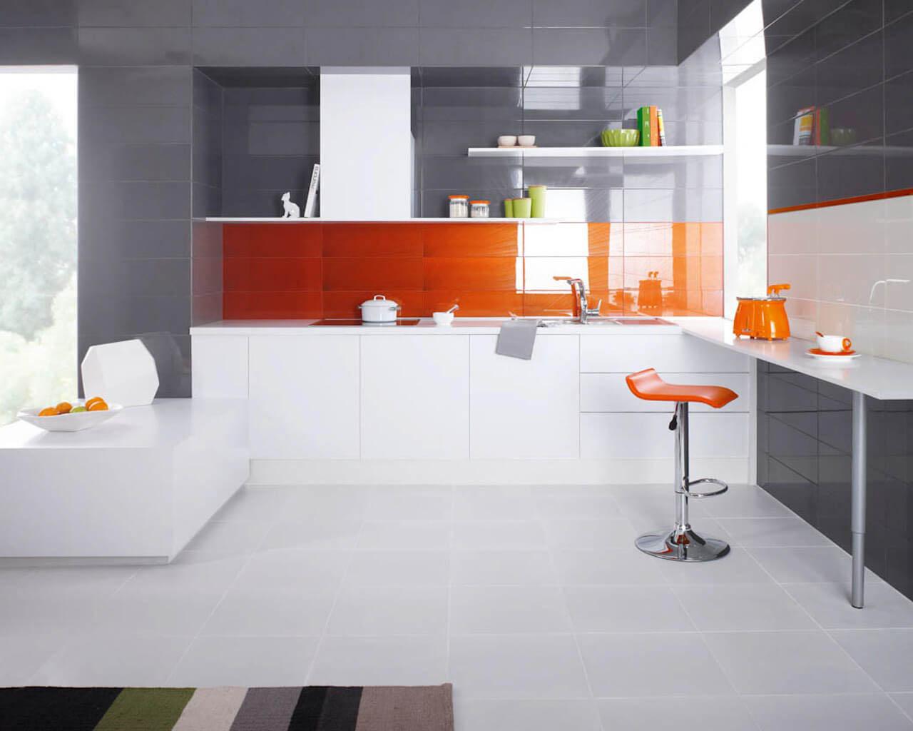 Szarość, biel i oranż w dużej, nowoczesnej kuchni