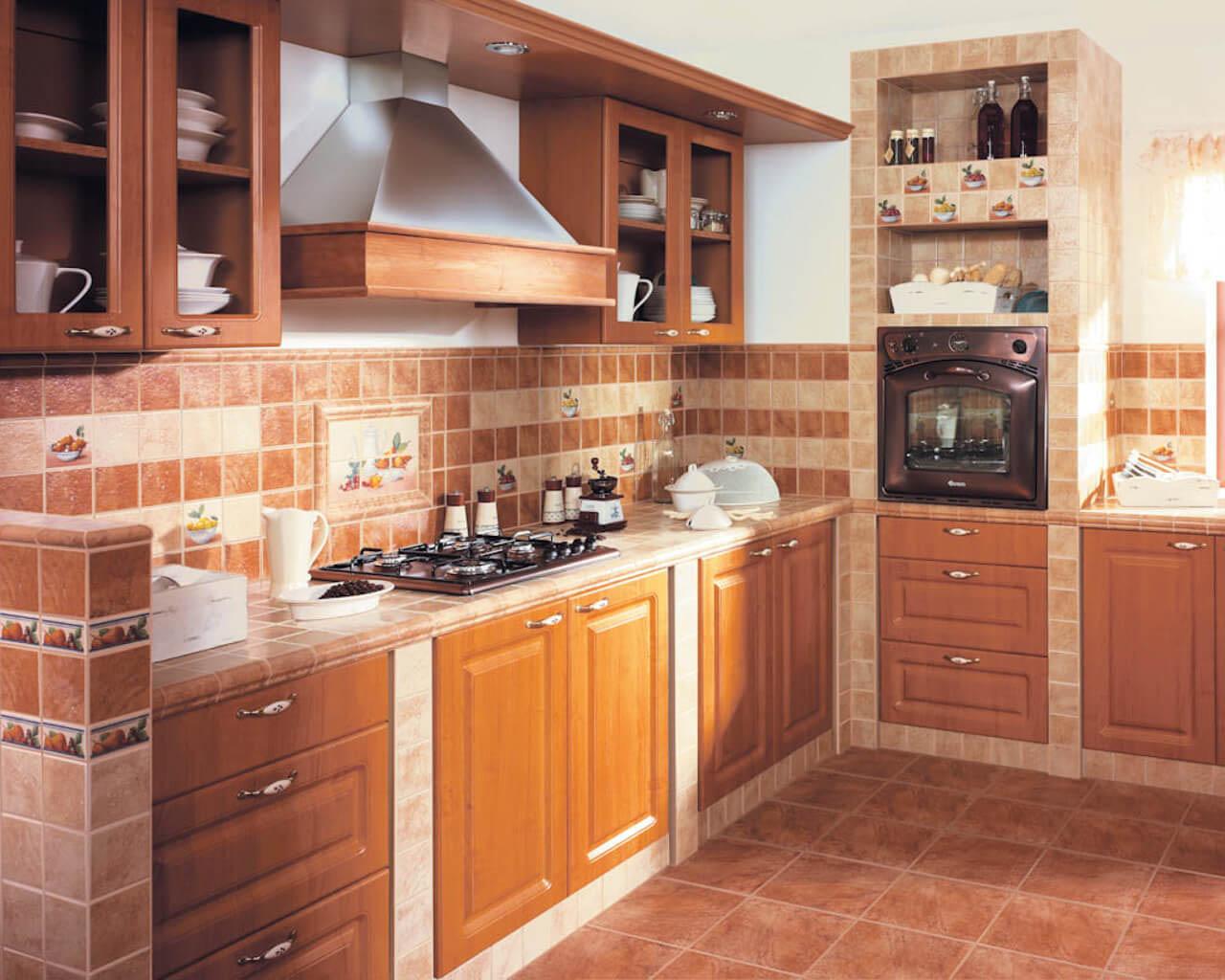 Tradycyjna, beżowo-brązowa kuchnia z owocowymi dekoracjami