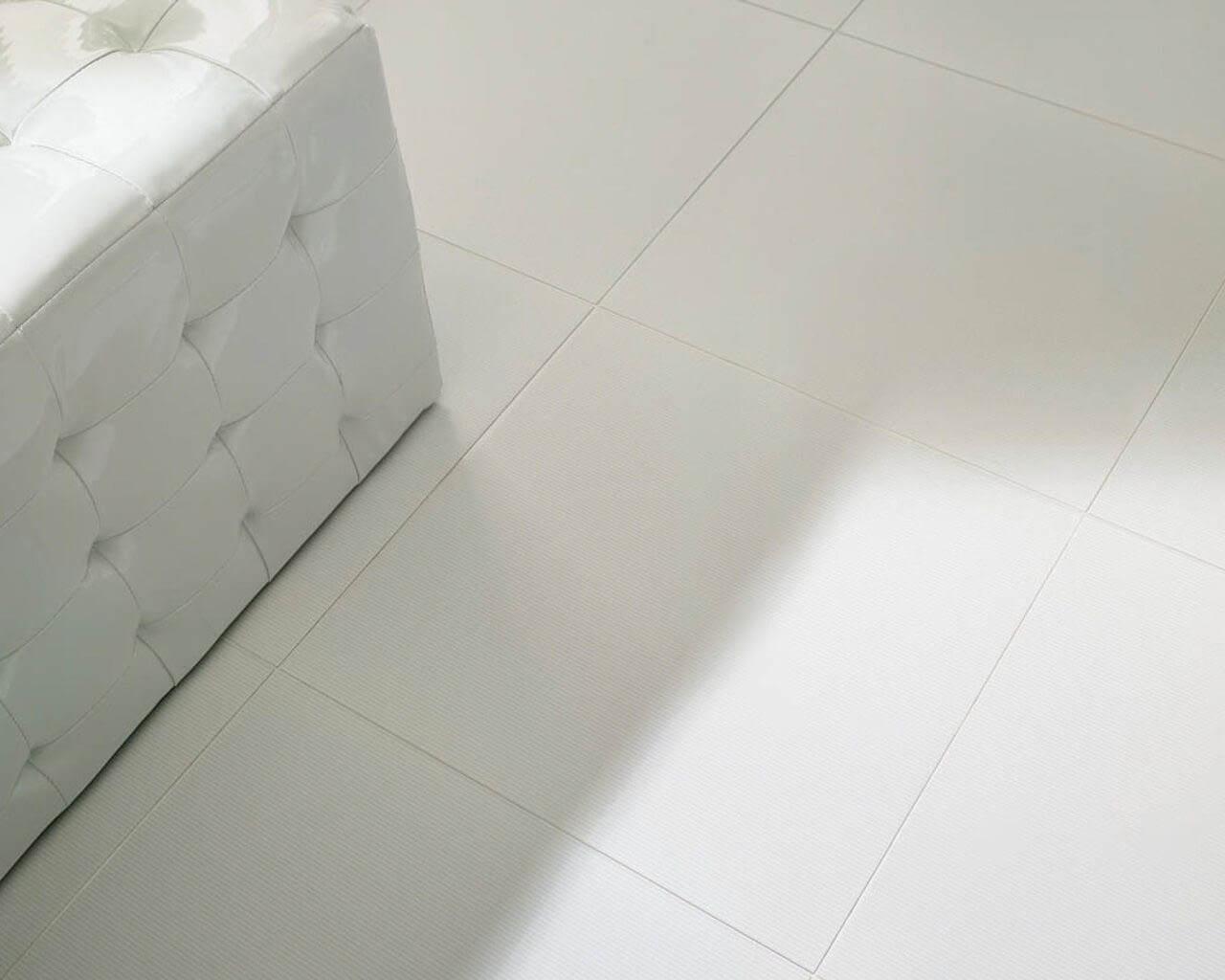 Biała podłoga łazienki w stylu glamour