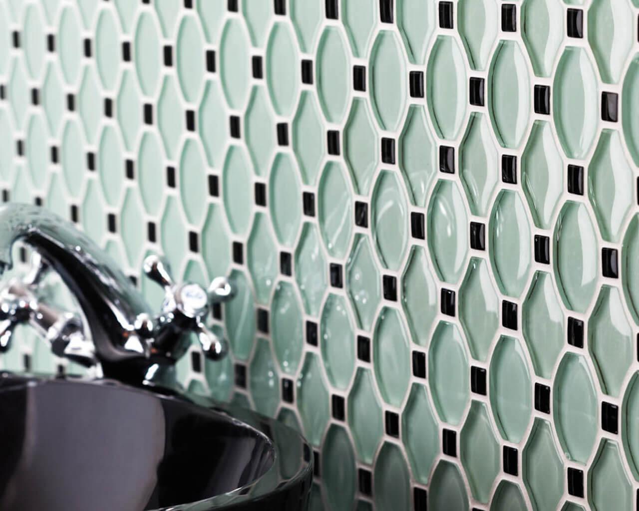 Szklana mozaika w eleganckiej łazience w stylu glamour