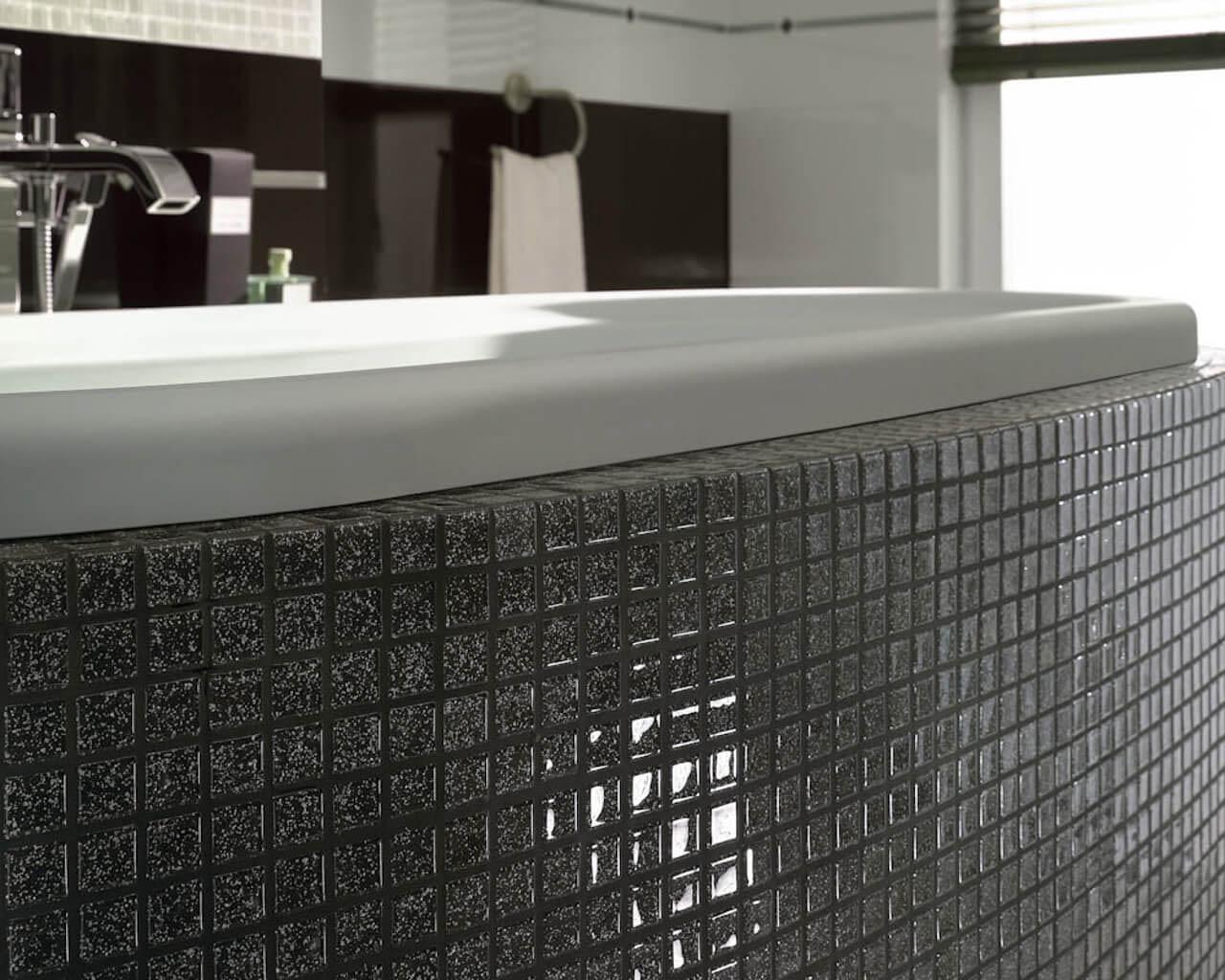 Wolno stojąca wanna obłożona mozaiką w łazience w stylu glamour