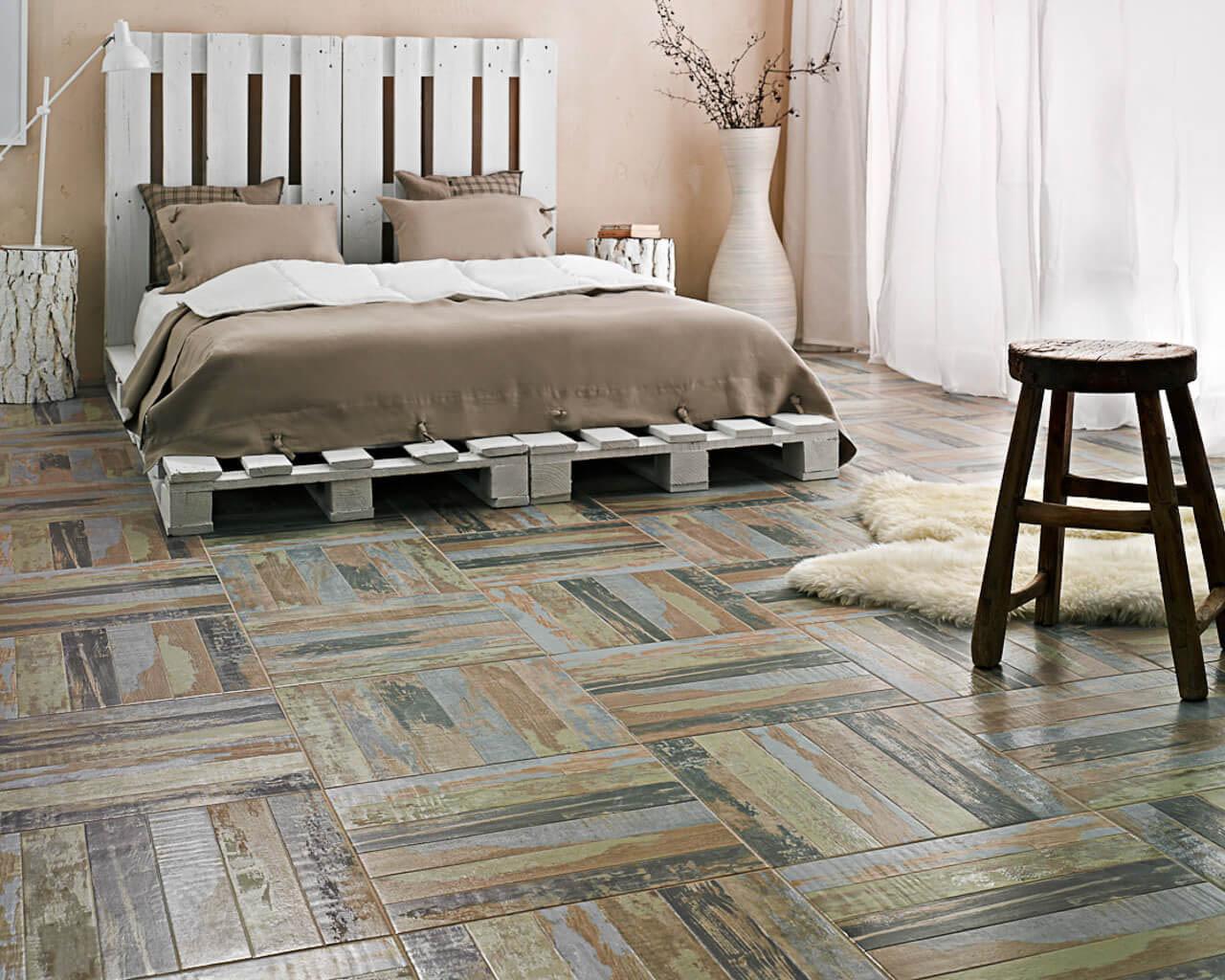 Sypialnia z podłogą jak parkiet i łóżkiem z palet