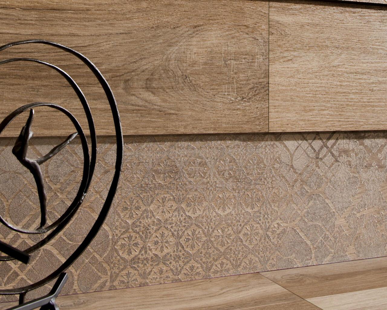 aranzacja-salonu-z-drewnem-maloe-ceramika-paradyz