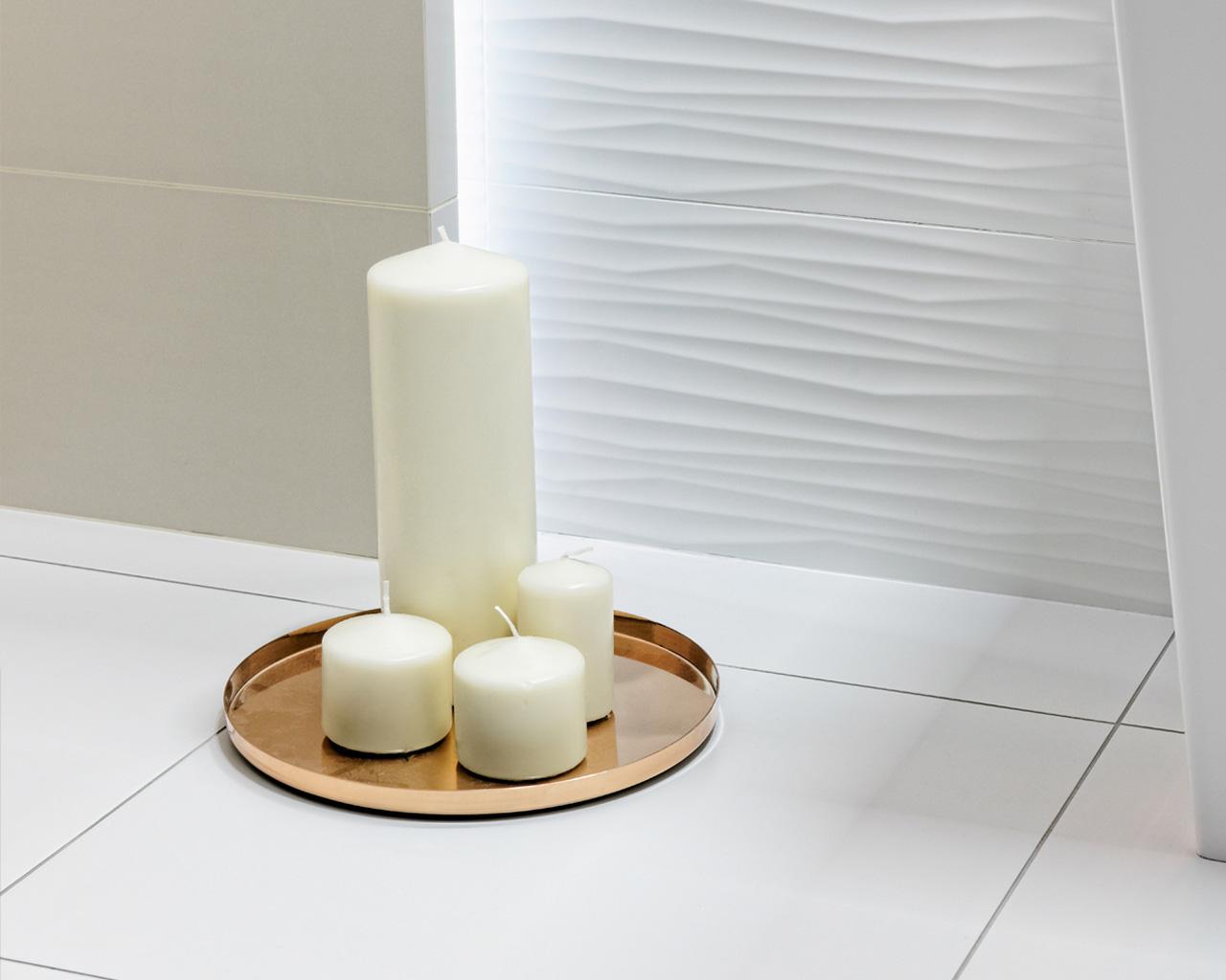Różne odsłony bieli w minimalistycznej łazience