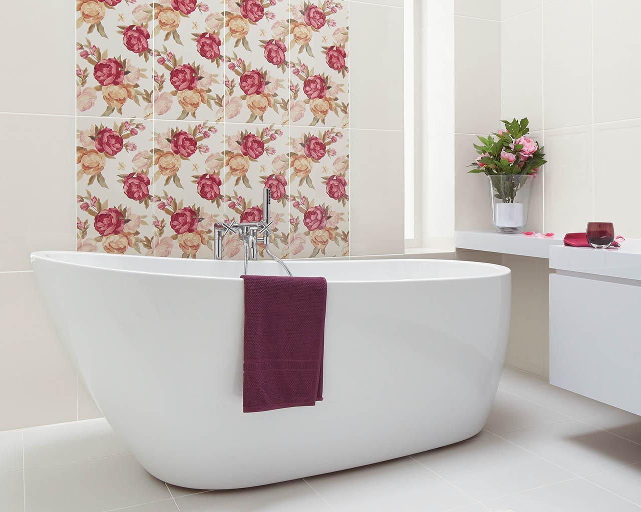 Jasna łazienka z wolnostojącą wanną i ścianą w kwiatach