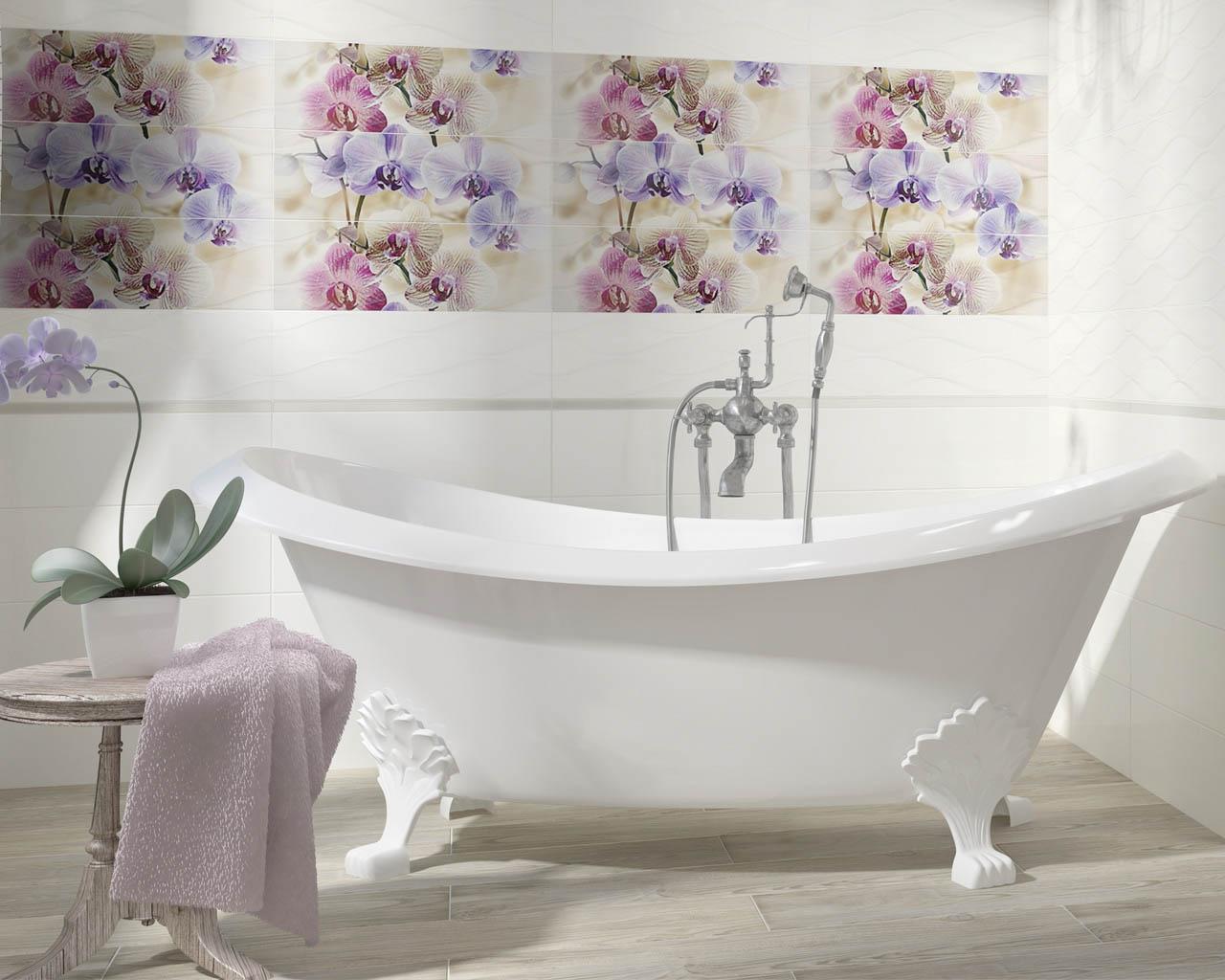 Kwiatowe dekoracje w jasnej łazience