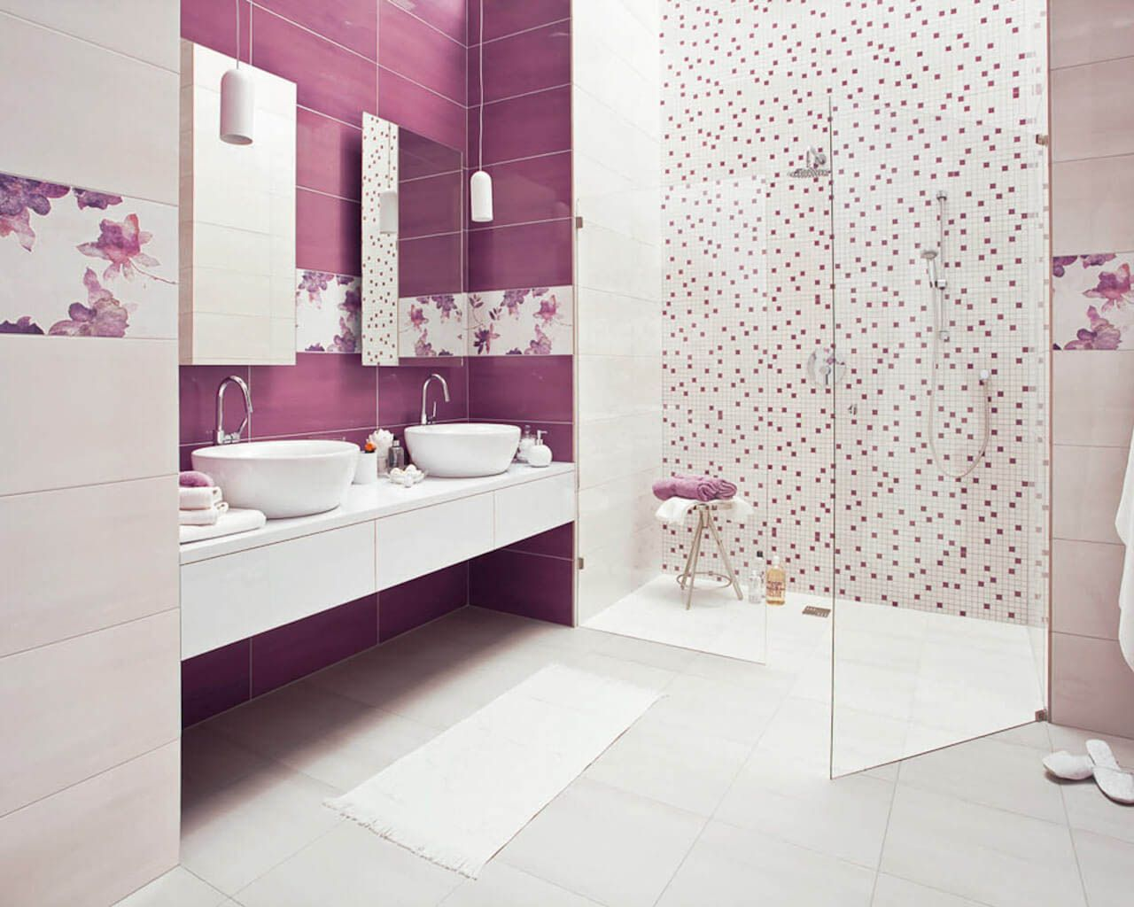 Przestronna Biało Wrzosowa łazienka Z Dwiema Umywalkami I