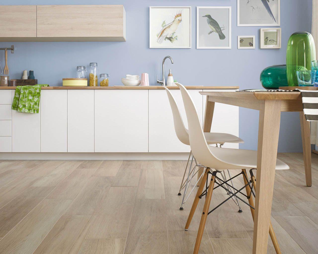 Küchen skandinavischen stil  Holzähnliche Fliesen in einer modernen Küche im skandinavischen Stil ...