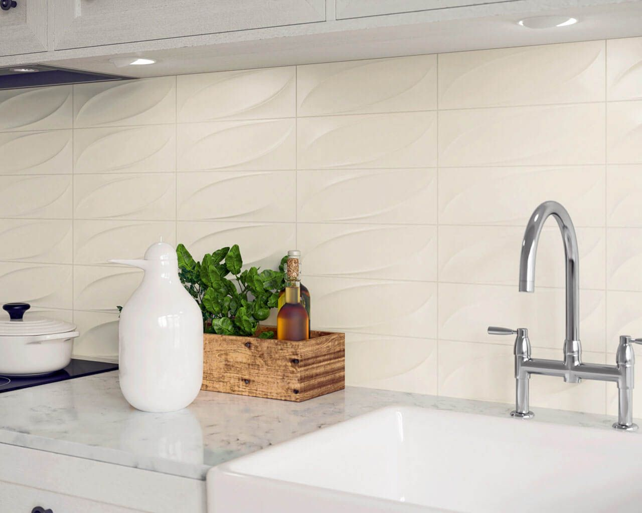 Teil einer klassischen, weißen Küche mit strukturellen Kacheln ...