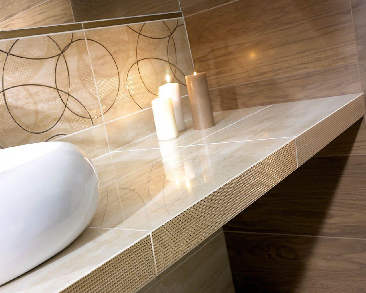 Beżowo-brązowa łazienka z metalizowanymi dekoracjami ...