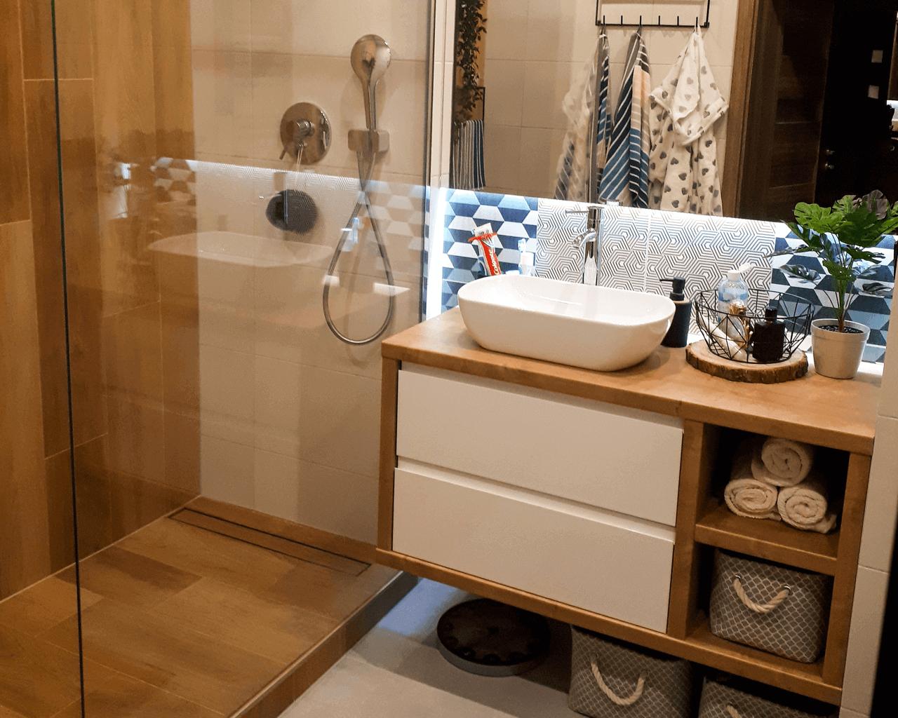 Przytulna łazienka Z Płytkami Drewnopodobnymi I Wzorami