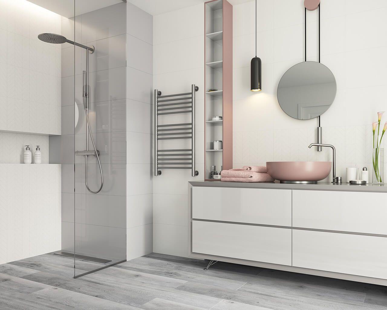Weißes Badezimmer mit einem Hauch von Grau und Puderrosa