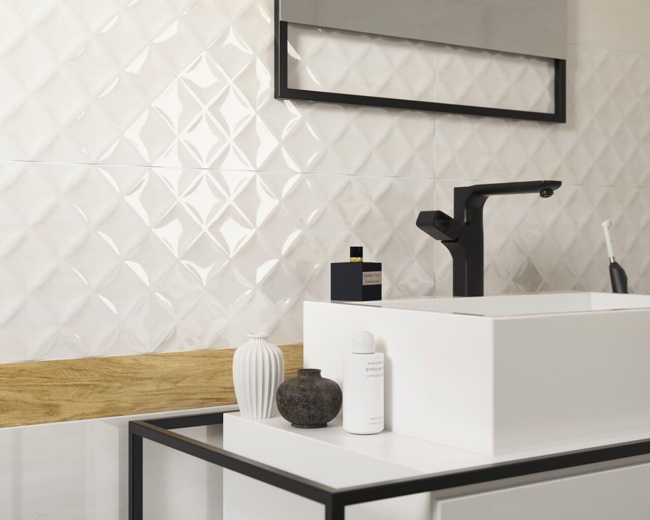 Biała łazienka Z Błyszczącymi Strukturalnymi Płytkami