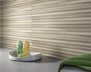 Strukturalne, drewnopodobne dekoracje w modnej łazience
