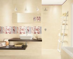 Jasna łazienka w ciepłym odcieniu beżu, z kwiatowymi dekoracjami