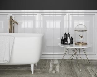 Fragment wytwornej białej łazienki w stylu klasycznym
