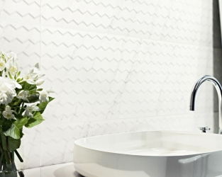Klasyka łazienkowa - delikatna struktura białych płytek