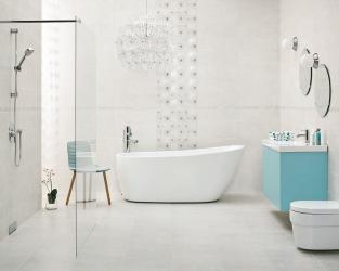 Przestronna, biała łazienka z wolnostojącą wanną i natryskiem