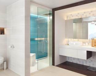 Biała łazienka z błękitną wnęką prysznicową i kwadratowymi dekoracjami