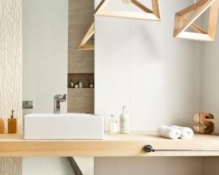 Łazienka w stylu hygge - drewno, biel i motywy roślinne