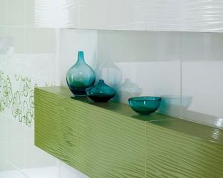 Półka ścienna w biało-zielonej łazience