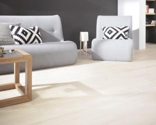 Jasny salon z drewnopodobną podłogą w stylu skandynawskim