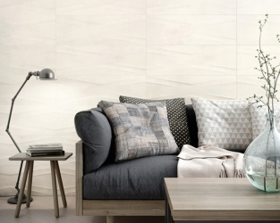 Strukturalna, ceramiczna ściana w salonie