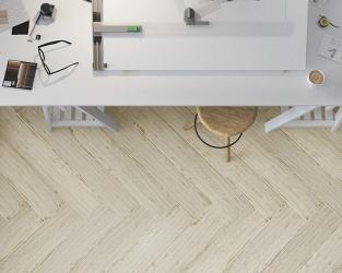 Domowe biuro w stylu skandynawskim, z podłogą w jodełkę