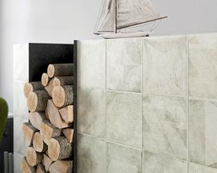Obudowa kominka z gresowych kwadratowych płytek z geometrycznym wzorem