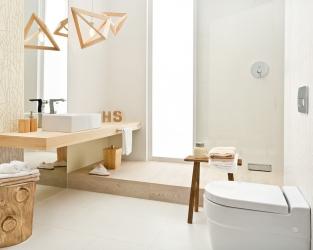 Biała łazienka w stylu hygge z roślinnym motywem i naturalnym drewnem