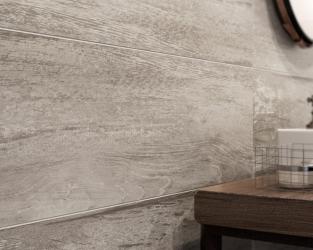 Struktura drewna w industrialnej łazience