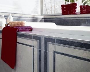 Fragment efektownej, klasycznej łazienki z obudowaną wanną