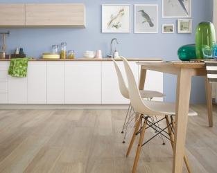 Drewnopodobne płytki w nowoczesnej kuchni w stylu skandynawskim