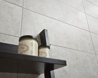 Jasna łazienka z zastosowaniem poziomych płytek