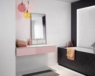 Biało-czarna, niewielka łazienka z wanną