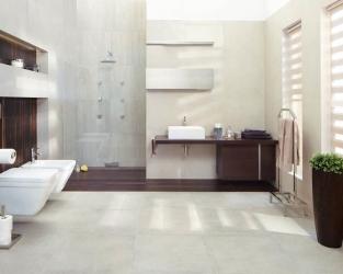 Minimalistyczna, przestronna łazienka z ciepłym akcentem drewna