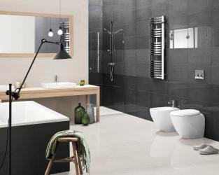 Efektowne zestawienie faktur wminimalistycznej, biało-szarej łazience