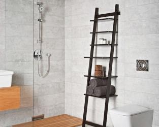 Szara łazienka z prysznicem, szkłem i drewnem