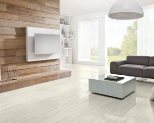 Wygodny, biały salon w stylu skandynawskim, z ozdobną ścianą w drewnie
