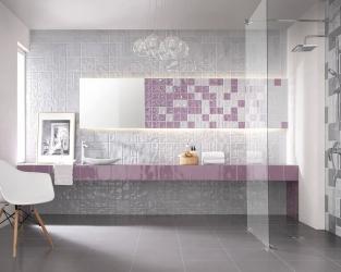 Jasna łazienka w błyszczących kwadratach i prostokątach