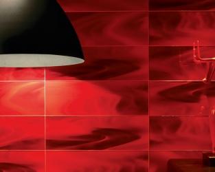 Energetyzująca czerwień szklanych dekoracji w nowoczesnym wnętrzu