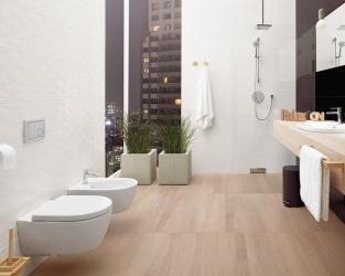 Biel, czerń i drewno w nowoczesnej łazience