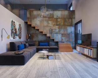 Nowoczesny salon ze schodami i ozdobną, metalizowaną ceramiczną ścianą