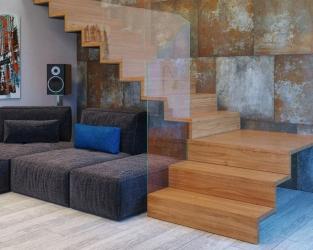 Rdzawo-brązowo-szara, ceramiczna ściana salonu ze schodami