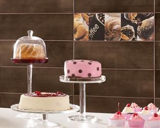 Ściana w barwach kawy, z kawowymi i słodkimi dekoracjami