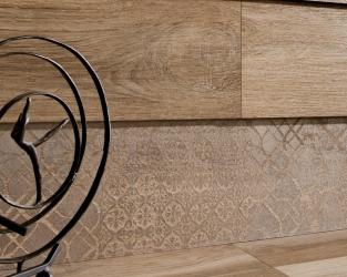 Salon w stylu skandynawskim z drewnopodobnymi płytkami na ścianie